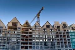 Καινούργιο σπίτι οικοδόμησης γερανών στο εργοτάξιο οικοδομής στοκ φωτογραφίες