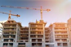 Καινούργιο σπίτι οικοδόμησης γερανών στο εργοτάξιο οικοδομής στοκ εικόνες