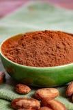 Κακάο ή φασόλια και σκόνη κακάου, που χρησιμοποιούνται στο ζεστά ποτό σοκολάτας, τη σοκολάτα, το βούτυρο και τα στερεά στοκ φωτογραφία με δικαίωμα ελεύθερης χρήσης