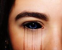 Κακά μαύρα αλλοδαπά βαμπίρ ή zombie μάτια Κλείστε αυξημένος στοκ φωτογραφία