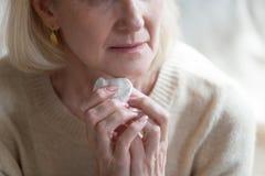 Καλλιεργημένο χαρτομάνδηλο εκμετάλλευσης ηλικιωμένων γυναικών εικόνας δυστυχισμένο στοκ εικόνα