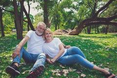 Καλοί υγιείς ηλικιωμένοι στη φύση πάρκων Ανώτερη αποχώρηση πορτρέτου στοκ φωτογραφία με δικαίωμα ελεύθερης χρήσης