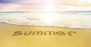 Καλοκαίρι που γράφεται στις άμμους στην παραλία στοκ φωτογραφία με δικαίωμα ελεύθερης χρήσης