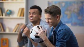 Καλύτεροι πολυφυλετικοί φίλοι δυστυχισμένοι με το αποτέλεσμα ποδοσφαιρικών παιχνιδιών, αγαπημένη απώλεια ομάδων απόθεμα βίντεο