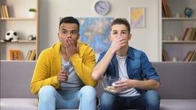 Καλύτεροι πολυφυλετικοί φίλοι που προσέχουν τη ταινία τρόμου, που τρώει popcorn, ελεύθερος χρόνος απόθεμα βίντεο