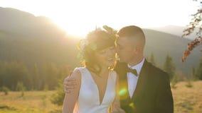 Καλό γαμήλιο ζεύγος στο ηλιοβασίλεμα φίλημα νεόνυμφων νυφών κίνηση αργή απόθεμα βίντεο