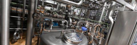 Καλυμμένοι χρώμιο σωλήνες, καλώδια και συσκευές ανασκόπηση βιομηχανική στοκ εικόνες