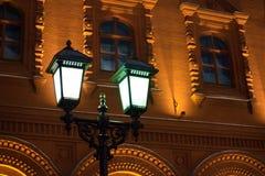 Καμμένος καίγοντας φανάρι στο στυλοβάτη σιδήρου στο αρχαίο κέντρο Μόσχα, Ρωσία υποβάθρου τουβλότοιχος κτηρίου κίτρινο ιστορικό κο στοκ εικόνες