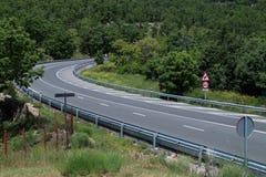 Καμπύλη ενός δρόμου σε ένα δάσος στοκ φωτογραφία με δικαίωμα ελεύθερης χρήσης