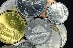 Καναδικά νομίσματα κινηματογραφήσεων σε πρώτο πλάνο στοκ εικόνα με δικαίωμα ελεύθερης χρήσης