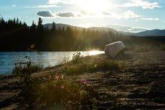 Κανό στην ακτή του ποταμού Yukon Καναδάς Nisutlin στοκ εικόνες