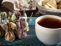 Καραμέλες σοκολάτας, μαύρο τσάι στοκ φωτογραφία με δικαίωμα ελεύθερης χρήσης