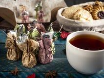 Καραμέλες σοκολάτας, μαύρο τσάι στοκ φωτογραφίες με δικαίωμα ελεύθερης χρήσης
