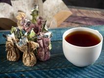 Καραμέλες σοκολάτας, μαύρο τσάι στοκ εικόνες με δικαίωμα ελεύθερης χρήσης