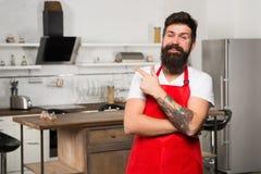 Κατάστημα επίπλων κουζινών Μαγείρεμα στη νέα κουζίνα Μαγειρική έμπνευση ανάγκης Το Σαββατοκύριακο αρχίζει από το νόστιμο πρόγευμα στοκ φωτογραφία με δικαίωμα ελεύθερης χρήσης