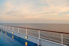 Κατάστρωμα ειδυλλιακό seascape στον ουρανό βραδιού Πίνακας σκαφών στο Μαϊάμι, ΗΠΑ στην μπλε θάλασσα Ταξίδι νερού, ταξίδι, ταξίδι στοκ εικόνα