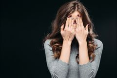 Κατάπληκτη καλή γυναίκα που καλύπτει το πρόσωπο με το χέρι στοκ εικόνες
