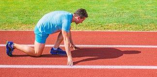 Καταβάλτε προσπάθεια για τη νίκη Ο ενήλικος δρομέας προετοιμάζει τη φυλή στο στάδιο Πώς να αρχίσει Έννοια αθλητικού κινήτρου άτομ στοκ φωτογραφία με δικαίωμα ελεύθερης χρήσης