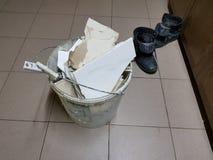 Κατασκευή επισκευής και απόβλητα κατασκευής στο πάτωμα στοκ εικόνα