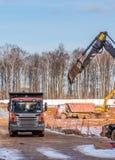 """Κατασκευή του μηδέ κύκλου νέου κατοικημένου του σύνθετου """"στο δάσος """" επίπεδα μηχανημάτων κατασκευής Μόσχα στοκ φωτογραφίες με δικαίωμα ελεύθερης χρήσης"""