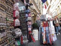 Καταστήματα αναμνηστικών στο ιστορικό κέντρο της Ρώμης στοκ εικόνα