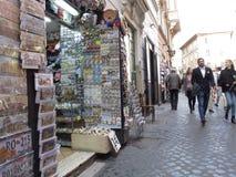 Καταστήματα αναμνηστικών στο ιστορικό κέντρο της Ρώμης στοκ φωτογραφία