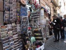 Καταστήματα αναμνηστικών στο ιστορικό κέντρο της Ρώμης στοκ εικόνες με δικαίωμα ελεύθερης χρήσης