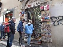 Καταστήματα αναμνηστικών στο ιστορικό κέντρο της Ρώμης στοκ εικόνα με δικαίωμα ελεύθερης χρήσης