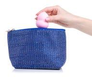 Καταστήστε επάνω τη ριπή σφουγγαριών διαθέσιμη που βάζει στην καλλυντική τσάντα στοκ φωτογραφία με δικαίωμα ελεύθερης χρήσης