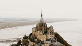 Καταπληκτική εναέρια άποψη, κηφήνας που πετά δεξιά γύρω από το αβαείο Mont Saint-Michel στο διάσημο παλιρροιακό πόλης ορόσημο νησ φιλμ μικρού μήκους
