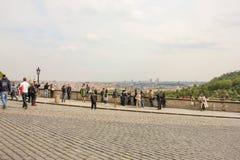 Καταπληκτική φυσική άποψη από το κάστρο της Πράγας στο ιστορικό κέντρο της Πράγας, των κτηρίων και των ορόσημων της παλαιάς πόλης στοκ εικόνες