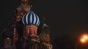 Καταπληκτικός καθεδρικός ναός του βασιλικού Αγίου, κόκκινη πλατεία, Μόσχα, νύχτα, κανένας άνθρωπος, κινηματογράφηση σε πρώτο πλάν απόθεμα βίντεο