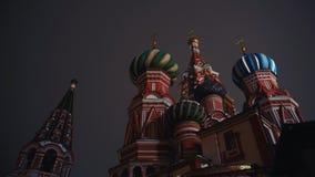 Καταπληκτικός καθεδρικός ναός του βασιλικού Αγίου, κόκκινη πλατεία, Μόσχα, νύχτα, κανένας άνθρωπος, κινηματογράφηση σε πρώτο πλάν φιλμ μικρού μήκους