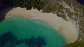 Καταπληκτικό εναέριο τράβηγμα με τον κηφήνα πέρα από την τροπική παραλία άμμου παραδείσου άσπρη και τον απότομο βράχο βράχου στο  απόθεμα βίντεο