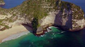 Καταπληκτικό εναέριο τράβηγμα με τον κηφήνα πέρα από την τροπική παραλία άμμου παραδείσου άσπρη και τον απότομο βράχο βράχου στο  φιλμ μικρού μήκους