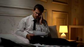 Καταπονημένος απογοητευμένος επιχειρηματίας που βρίσκει την αποτυχία στην έκθεση που υφίσταται τον πονοκέφαλο στοκ εικόνες