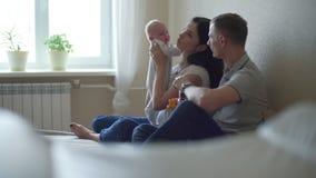 Κατευναστικό μωρό μητέρων και πατέρων από κοινού απόθεμα βίντεο
