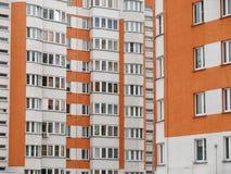 Κατοικημένο νέο σπίτι οικοδόμηση νέα Multi-storey κατοικημένος σύνθετος στοκ φωτογραφίες