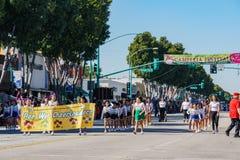 Κατουρήστε μικρούλα παρέλαση μπάντας μαζορετών στο φεστιβάλ καμελιών στοκ εικόνες