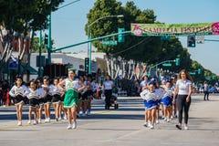 Κατουρήστε μικρούλα παρέλαση μπάντας μαζορετών στο φεστιβάλ καμελιών στοκ εικόνες με δικαίωμα ελεύθερης χρήσης