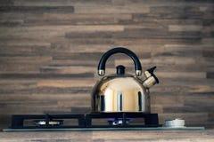 Κατσαρόλα σε ένα έγκαυμα φλογών σομπών αερίου που δεν βράζει την κατσαρόλα στην κουζίνα στοκ φωτογραφίες