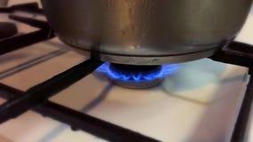 Κατσαρόλλα στην πυρκαγιά αερίου φιλμ μικρού μήκους