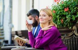 Καφές κατανάλωσης πεζουλιών ζεύγους Περιστασιακός συναντήστε το δημόσιο χώρο εξοικείωσης Κανονικός τρόπος Apps να συναντηθεί και  στοκ φωτογραφίες