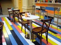 Καφές με τα ζωηρόχρωμα ξύλινα πατώματα στο εμπορικό κέντρο στοκ φωτογραφία
