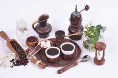 Καφές στους ακτοφύλακες χαλκού με τα εξαρτήματα για την καφές-κατανάλωση σε ένα άσπρο υπόβαθρο στοκ εικόνες