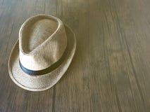 Καφετί εκλεκτής ποιότητας καπέλο αχύρου στο ξύλινο υπόβαθρο στοκ φωτογραφία