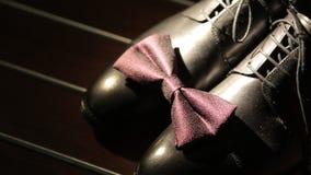 Καφετιά παπούτσια με το δεσμό τόξων απόθεμα βίντεο