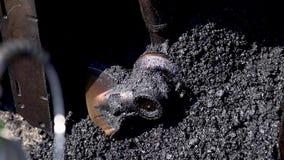 Καυτή μικτή πίσσα άσφαλτος με τις πέτρες Καλύτερα δομικά υλικά καταυλισμό απόθεμα βίντεο