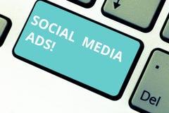 Κείμενο γραψίματος λέξης κοινωνικές αγγελίες MEDIA Επιχειρησιακή έννοια για τη on-line διαφήμιση που εστιάζει στις κοινωνικές υπη στοκ εικόνα