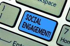 Κείμενο γραψίματος λέξης κοινωνική δέσμευση Η επιχειρησιακή έννοια για τη θέση παίρνει την υψηλή προσιτότητα συμπαθεί το κλειδί π στοκ εικόνα